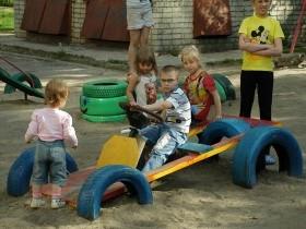 Как сделать машину для ребенка на даче своими руками 11